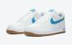 白色Nike Air Force 1,配以蓝色,柠檬绿和胶底