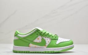 Supreme x Nike SB Dunk Low 此次联名系列共有蓝、绿、黑、棕4款配色,鳄鱼皮纹理点缀鞋身